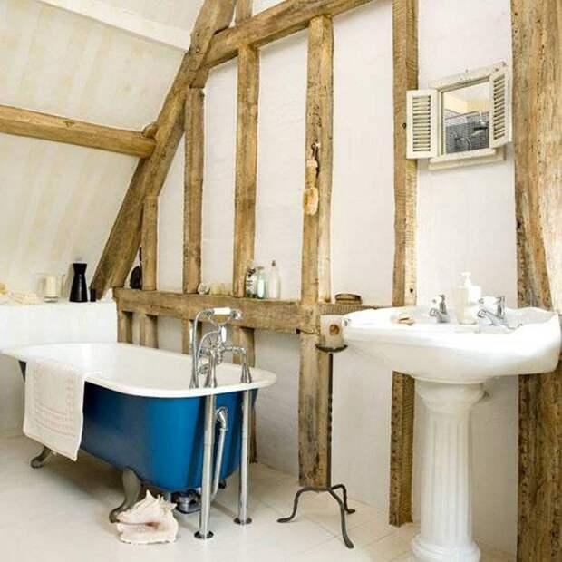 Красивый и простой интерьер одновременно в котором оформлена ванная комната, которая разместилась под чердаком.