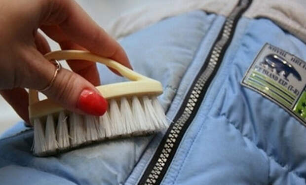 Очистка сальных частей пуховика без стирки и химчистки. Делаем смесь из средства для мытья посуды и нашатыря