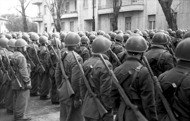 Смотр частей 10-й дивизии в Риме, март 1944 года. Бойцы вооружены пистолетами-пулеметами «Беретта» образца 1938 года – одним из наиболее распространенных видов стрелкового оружия в армии «Республики Сало» Источник: Bundesarchiv - Марионеточный союзник Гитлера | Военно-исторический портал Warspot.ru
