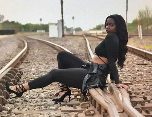 Беременная модель попала под поезд во время фотосессии