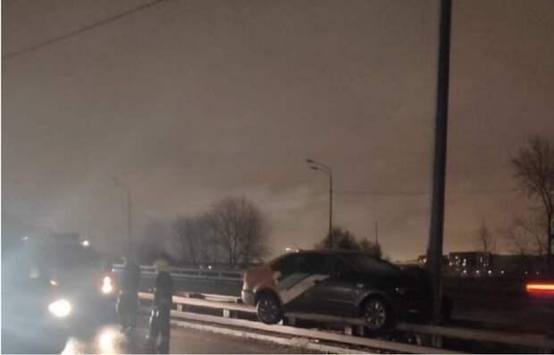 На Волоколамском шоссе автомобиль повис на отбойнике
