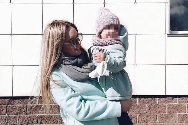 «Мы просто хотели красивый двор!»: к маме пришли полицейские из-за фото с дочкой на детской площадке
