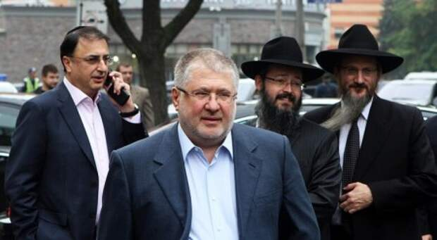 Игорь Коломойский (в центре)