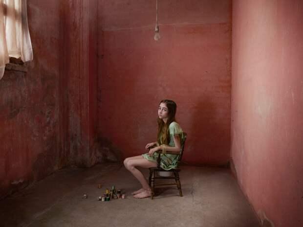 Девочка в комнате
