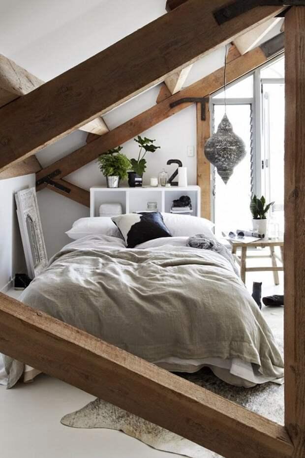Дополнительную комнату возможно разместить под чердаком, что будет просто лучшим решением для оформлении комнаты подобного плана.