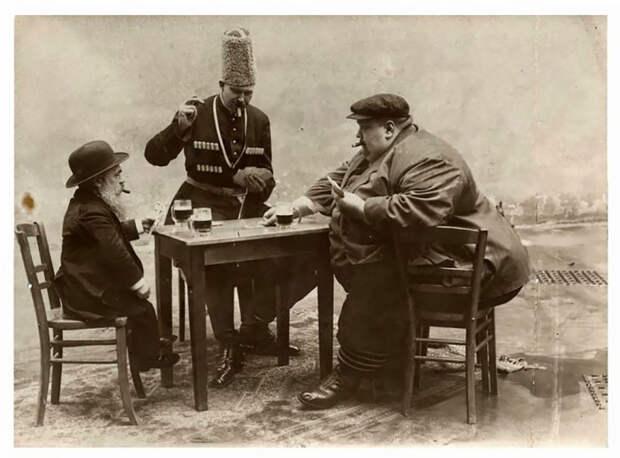 Трое мужчин играют в покер в 1913 году.
