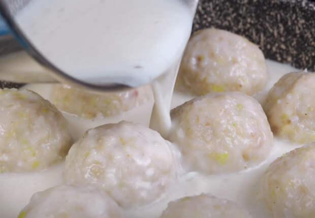 Готовим минтай как фрикадельки: залили молоком и добавляем рис