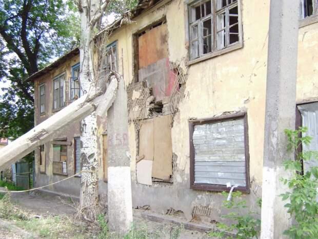 здание через дорогу напротив ул.Фрунзе,4  (обстрел со стороны с.Карповка)