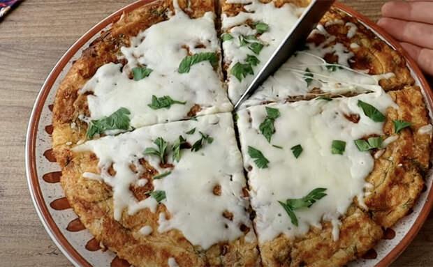 Черствый хлеб часто выбрасывают, но его можно использовать вместо теста для пиццы. Приготовили без духовки за 15 минут