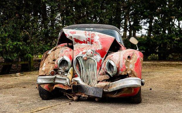 Разбитый в хлам Jaguar ушел с торгов за миллион