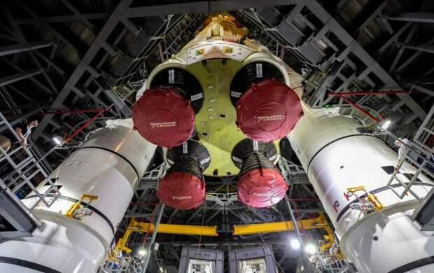 В США впервые показали сверхтяжелую ракету для покорения Луны