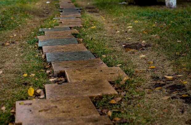 Неухоженная дорожка на участке портит настроение. /Фото: images.unsplash.com