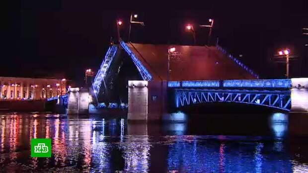 В Петербурге открыли навигацию и начали разводить мосты