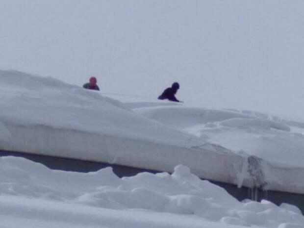 Кровля школы зимних видов спорта в Симферополе могла обрушиться из-за снега
