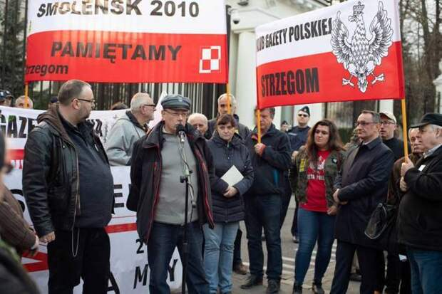 С гребня волны антироссийской истерии Польша спускаться не желает