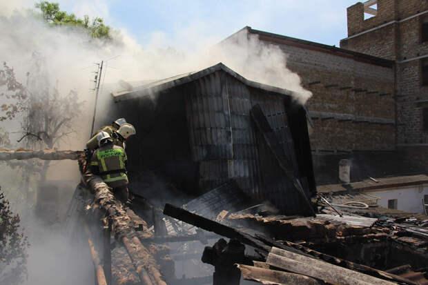 Спасатели более часа тушили горящий дом в Симферополе. ВИДЕО