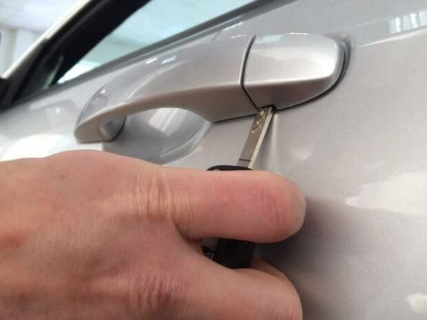 Как открыть машину, если внезапно сел аккумулятор?