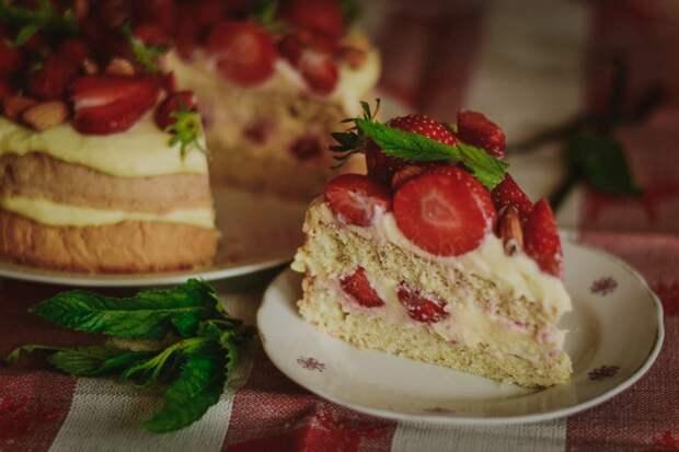 Торт «Любимый» с белково-заварным кремом и Клубникой!