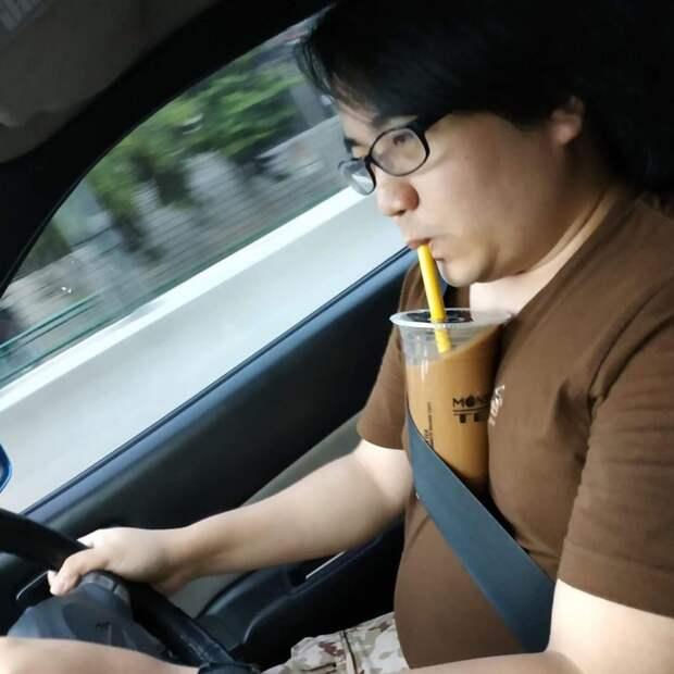 «Без рук челлендж»: девушки делятся фото, накоторых пьют напитки прямо сгруди