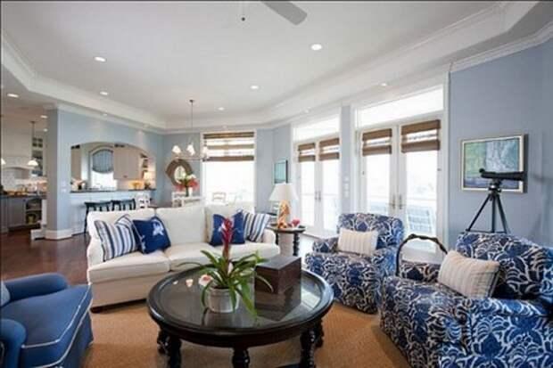 синяя мягкая мебель в интерьере