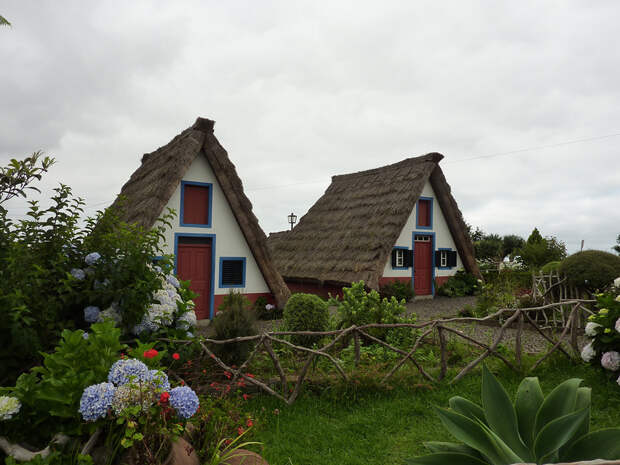 Город Сантана и дома с соломенными крышами. Мадейра, Португалия