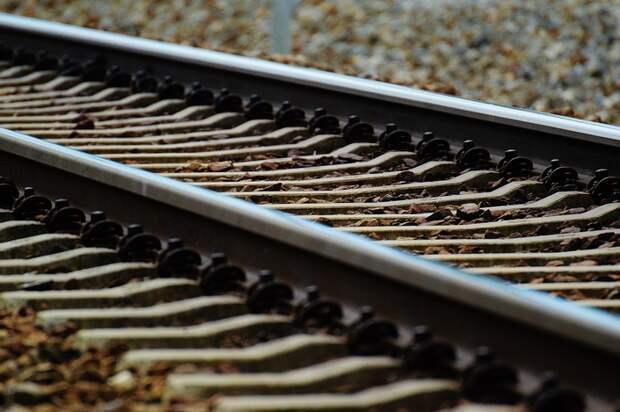 В Керчи локомотив едва не врезался в поломанный грузовик
