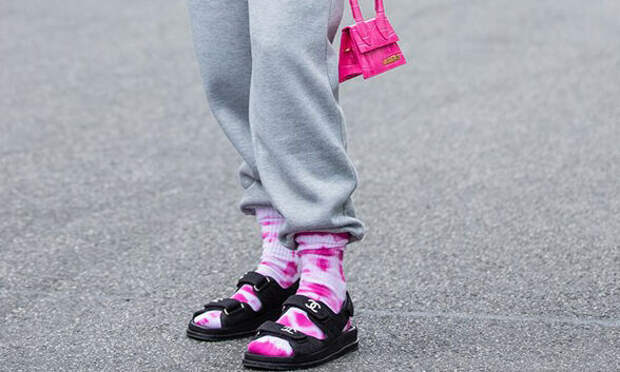 В тренде: как носить носки с открытыми шлёпками и босоножками — учимся у селебов