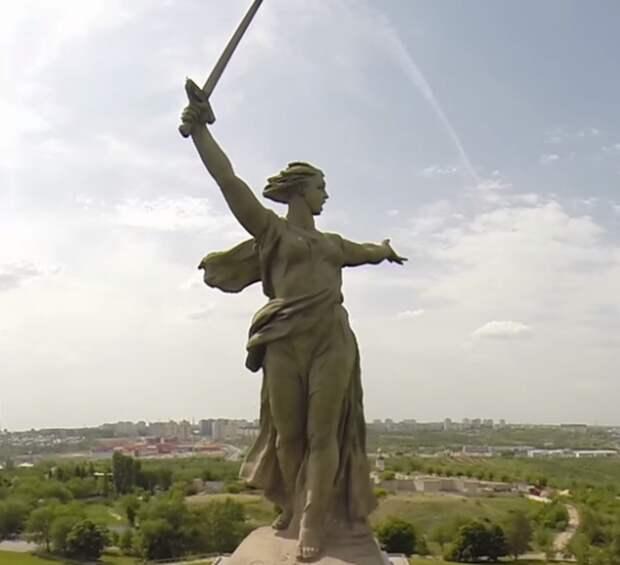 Насервере «Майнкрафта» появился монумент «Родина-мать зовет!»