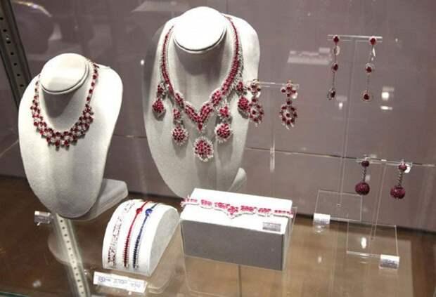 «Королева Голливуда» Элизабет Тейлор: Легендарная обладательница двух коллекций - мужей и драгоценностей