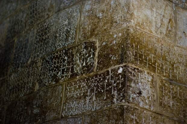Символы, оставленные крестоносцами на стенах Церкви Гроба Господня в Иерусалиме.