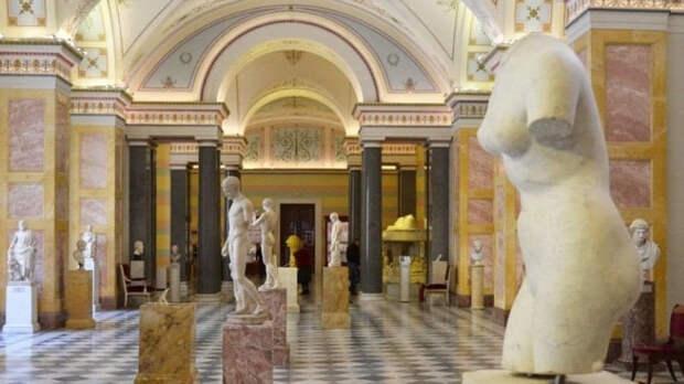 Эрмитажу пришла официальная жалоба на обнаженные скульптуры