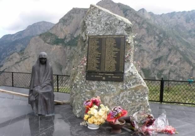 Мемориальная плита на месте трагедии   Фото: paranormal-news.ru