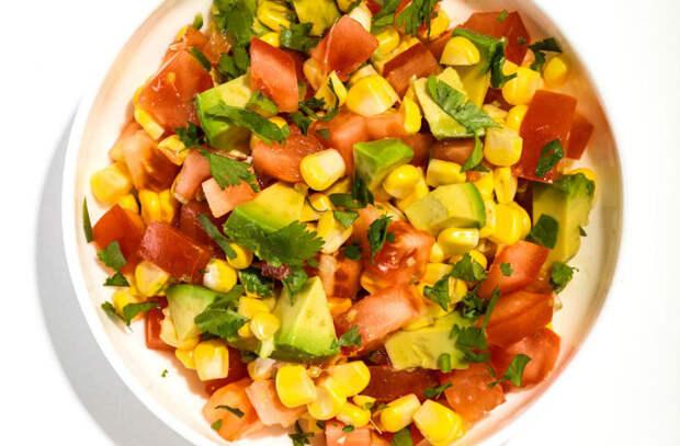 Смешиваем помидоры с чесноком, луком и жгучим перцем. Закуску едят весь день