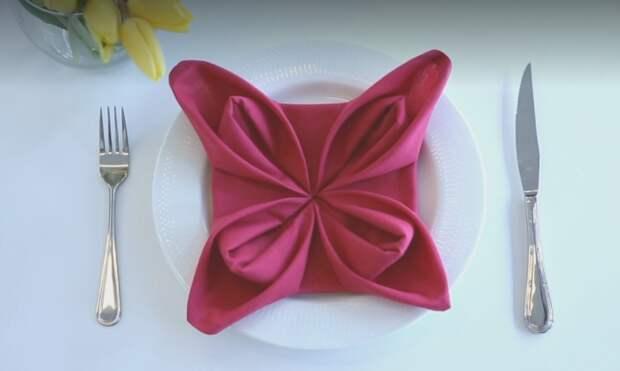 Сложить салфетку в цветок не составит особого труда, зато стол преобразится многократно.