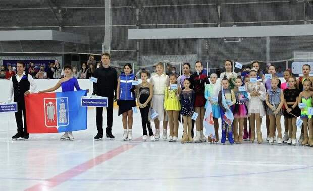 В Симферополе начался любительский турнир по фигурному катанию