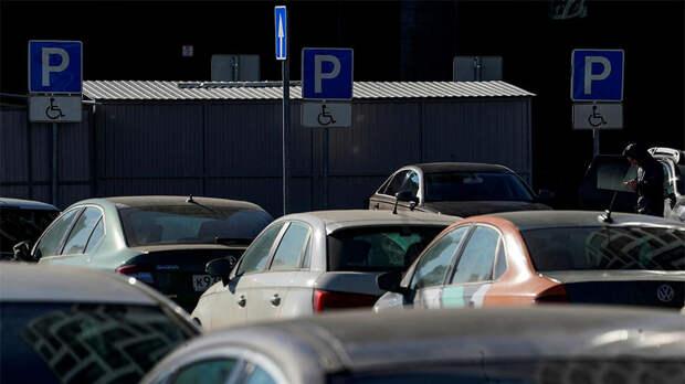 Москвичей призвали не парковаться под деревьями из-за ветра