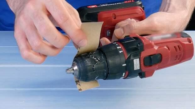 Сверлим отверстие в зубной щетке и обрезаем ручку. Универсальное орудие готово!