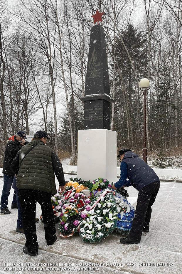 Церемония возложения венков к мемориалу на месте захоронения павших советских солдат. Фото Дьулуса Антонова