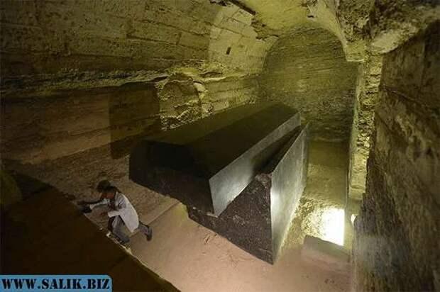 Черные гранитные саркофаги из Египта, вход к которым был запрещен до 2012 года.