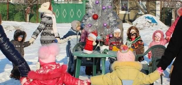 А еще детишки могут отпраздновать на улице - благо места тут полно - это вам не городские каменные джунгли. весело, деревня, интересно, новый год, село, юмор