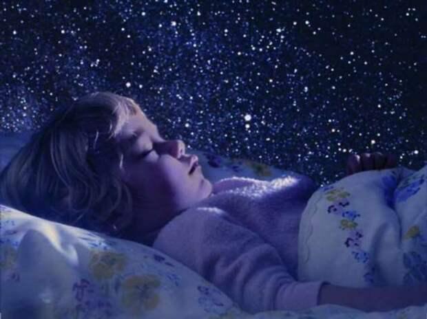 Почему нельзя долго смотреть на спящего: простое объяснение народного поверья