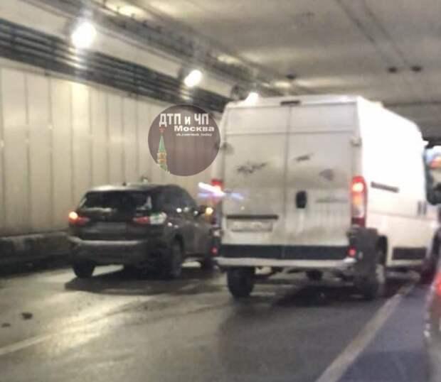 В тоннеле на Волоколамке столкнулись две легковушки