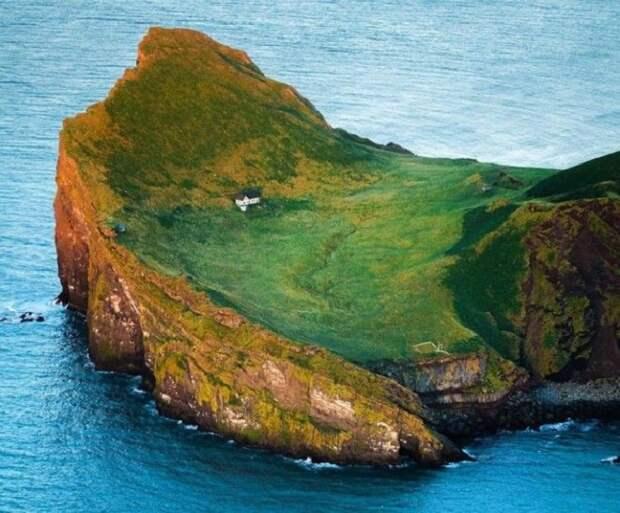 На одном из островов архипелага Vestmannaeyjar был обнаружен единственный дом (о. Эдлидаэй, Исландия).   Фото: sun.day.az.