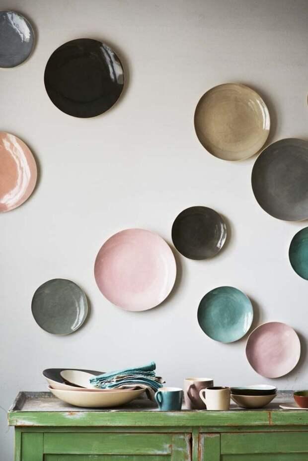 Декор из тарелок на стене (трафик)