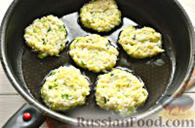 Фото приготовления рецепта: Постные рисовые котлеты с кабачком - шаг №9