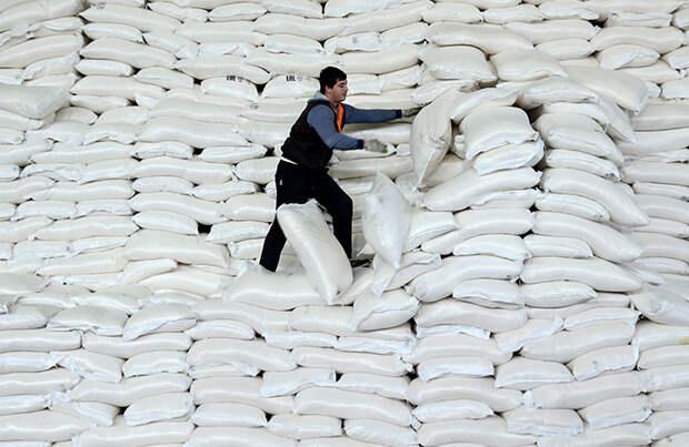 «Известия»: Минсельхоз будет контролировать распределение сахара по России