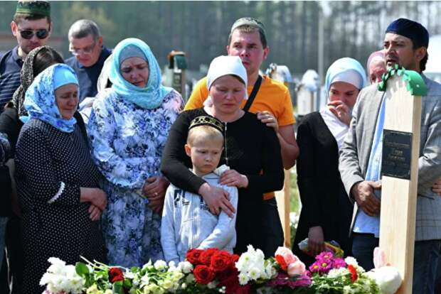 Похороны погибших детей на мусульманском кладбище