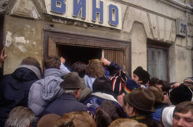 """""""Большой экономический и моральный ущерб"""". Как в СССР началась антиалкогольная кампания"""