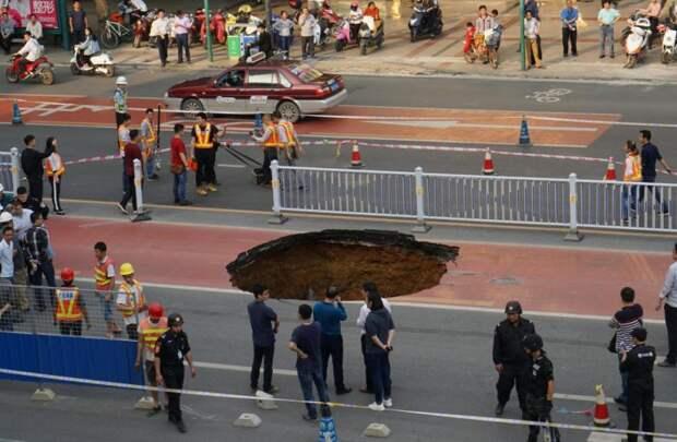 Пассажирский автобус едва не упал в огромную яму на дороге автобус, видео, китай, обвал, яма