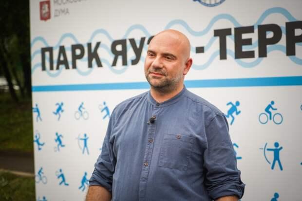 Баженов подчеркнул значение нового формата столичных площадок для выгула собак / Фото: Максим Манюров